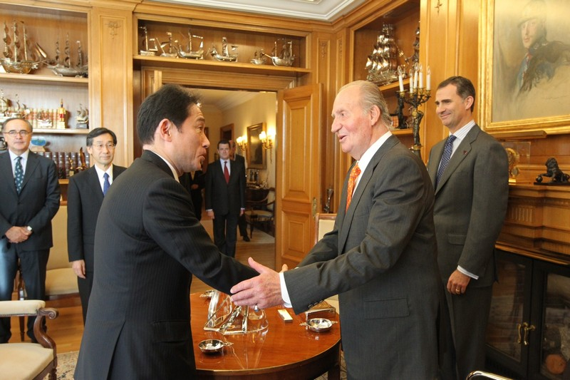 King Juan Carlos and Prince Felipe meeting with Japanese Foreign Minister Fumio Kishida at Zarzuela Palace today.