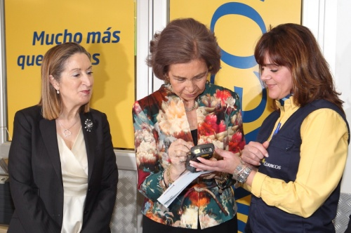 Queen Sofia at a postal facility in Madrid this week. © Casa de S.M. el Rey / Borja Fotógrafos