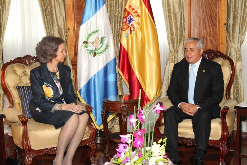 Queen Sofia meeting with Guatemalan President Otto Pérez Molina. © Casa de S.M. el Rey / Borja Fotógrafos