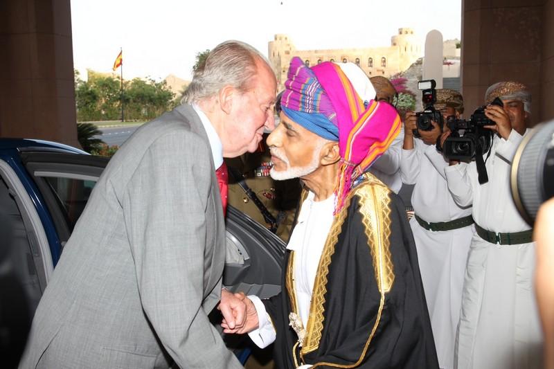 King Juan Carlos greets Sultan Qaboos Bin Said.