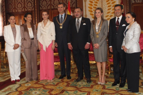 King Mohammed presents King Felipe and Queen Letizia with the Collar of Wissam Al Mohammadi. © Casa de S.M. el Rey / Borja Fortógrafos