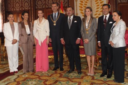 King Mohammed presents King Felipe and Queen Letizia with the Collar of Wissam Al Mohammadi. © Casa de S.M. el Rey / Borja Fortógrafos