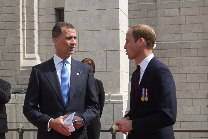 King Felipe speaks with the U.K.'s Prince William.