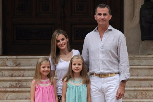King Felipe, Queen Letizia, Princess Leonor and Infanta Sofia during a photo-op.