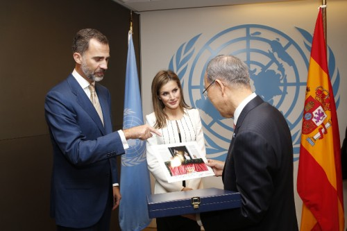 King Felipe and Queen Letizia give U.N. Secretary General Ban Ki-moon a dedicated picture from their proclamation. © Casa de S.M. el Rey / Borja Fotógrafos