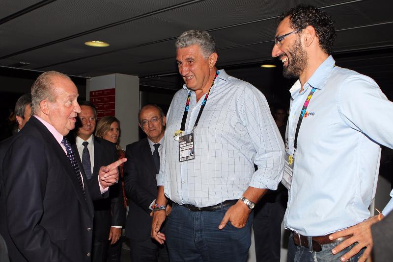 Don Juan Carlos chatting with former basketball players. © Casa de S.M. el Rey / Borja Fotógrafos