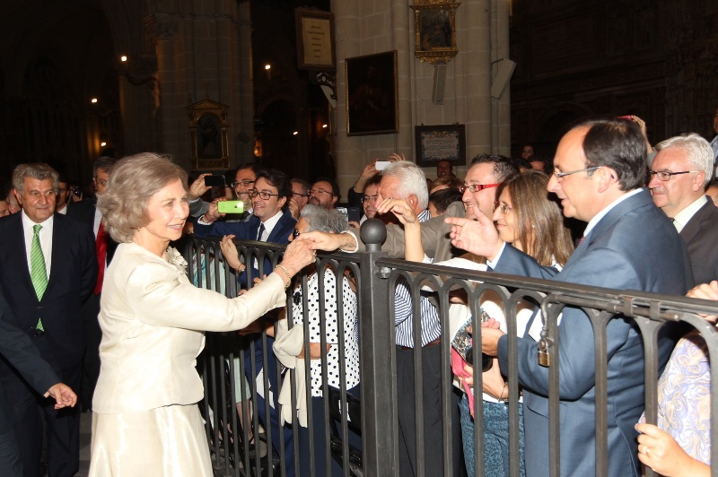 Queen Sofia greeting a crowd of well-wishers. © Casa de S.M. el Rey / Borja Fotógrafos