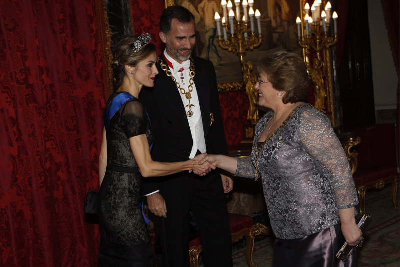 The King and Queen greet Bachelet in the Throne Room.