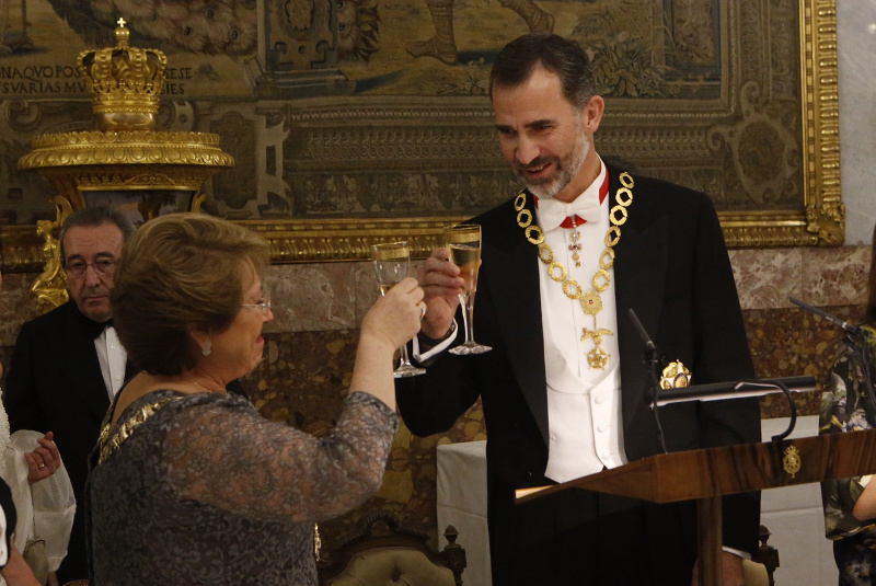 King Felipe toasts Bachelet in the formal dining room.