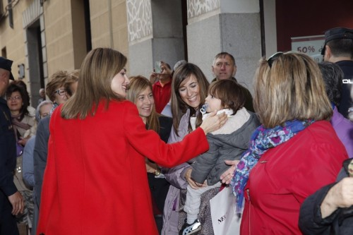 Queen Letizia meeting Segovia residents. © Casa de S.M. el Rey