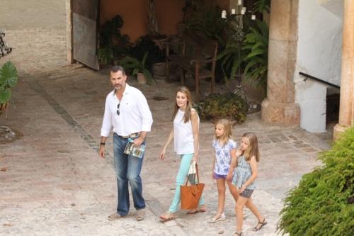 King Felipe and Queen Letizia with their daughters in Mallorca in 2013. © Casa de Su Majesad el Rey