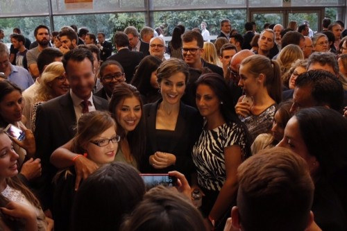 Queen Letizia taking pictures with the crowds. © Casa de S.M. el Rey
