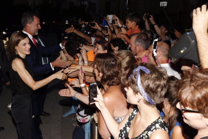 King Felipe and Queen Letizia greet the crowd. © Casa de S.M. el Rey