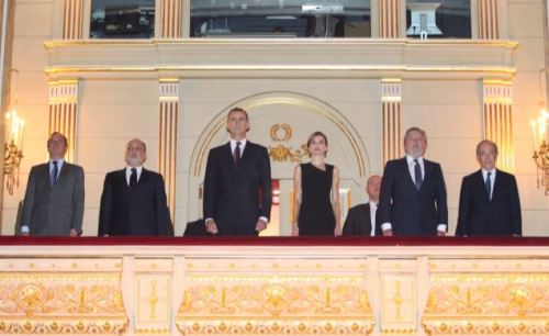 King Felipe and Queen Letizia during the national anthem at the Royal Theater in Madrid last week. © Casa de S.M. el Rey