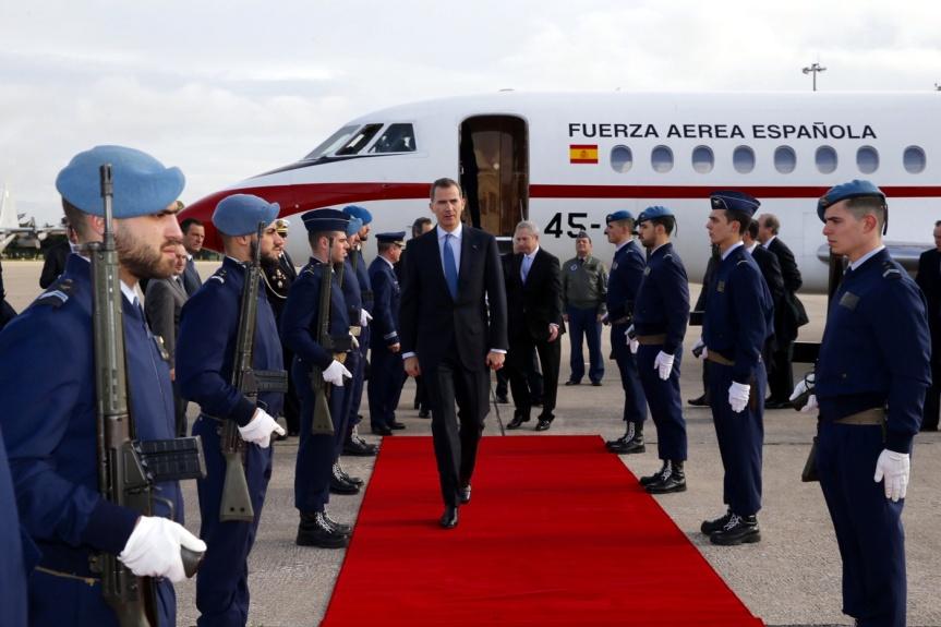 Su Majestad el Rey a su llegada al aeropuerto militar Figo Maduro