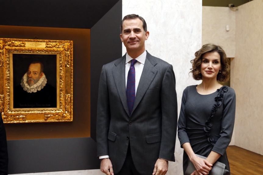Sus Majestades los Reyes junto a un retrato de Miguel de Cervantes