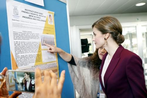 Doña Letizia atiende a las explicaciones del póster científico de Chile
